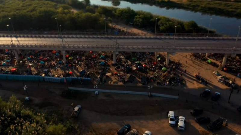 Thousands of migrants under bridge in Del Rio